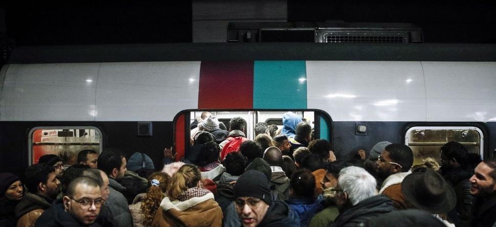 Une femme accouche dans le RER D pendant la grève !