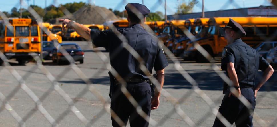 Un agent de sécurité d'un lycée filmé en train de frapper un élève...